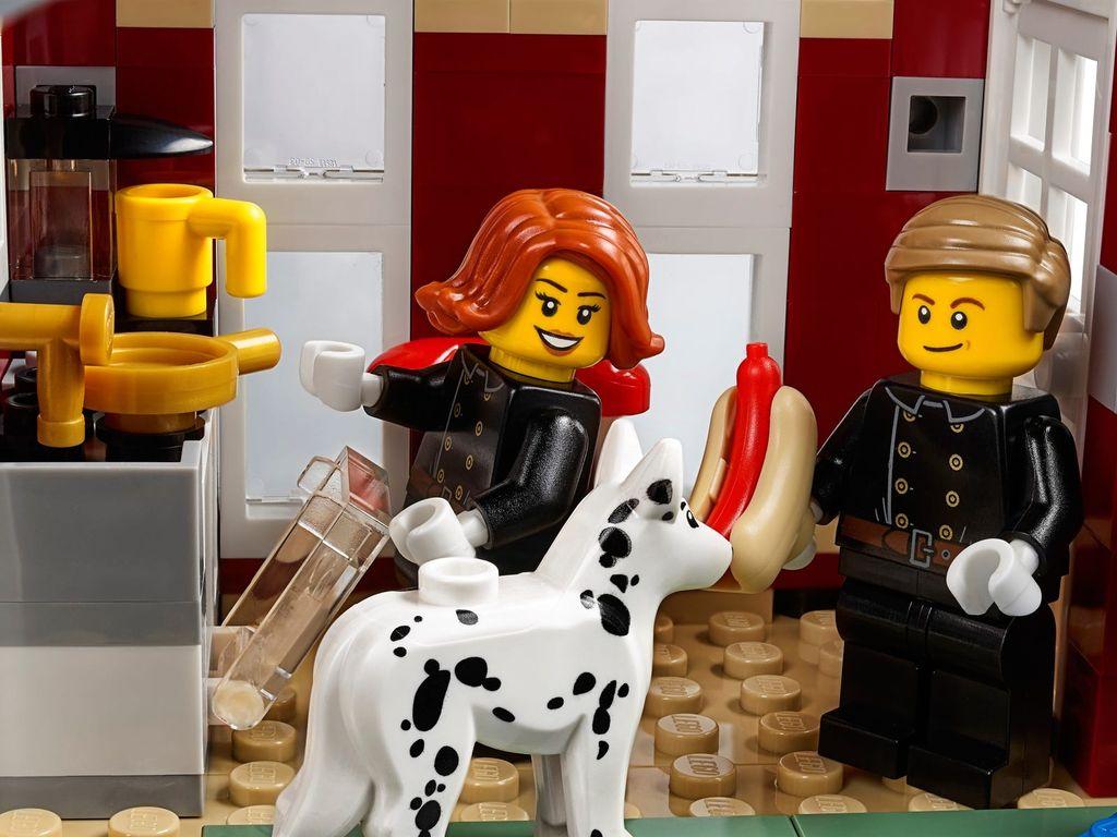 LEGO® Creator Expert Winter Village Fire Station minifigures